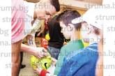 """Малчуган от школата на ОФК """"Пирин"""" се срещна с отбора на Бербатов преди мегашоуто, получи топка с автографи"""