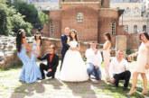 Дупничанката Моника Валериева шаферка на приказната сватба на сестра си