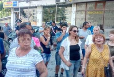 STRUMA.BG ОТ МЯСТОТО НА СЪБИТИЕТО! Започна мирния протест на ромите в Благоевград! В. Методиева: Не искаме конфликти, а искаме справедливост и спазване на закона