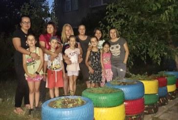 РОДИТЕЛИ ЗА ПРИМЕР! 5 майки учиха на трудолюбие децата си, садиха цветя в автомобилни гуми