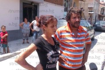 Ромски протест в Благоевград заради смъртта на гробаря Кольо Мишкаря! Ядосани хора наобиколиха къщата на военния Р. Тодоров и питат жена му: Къде е мъжът ти?