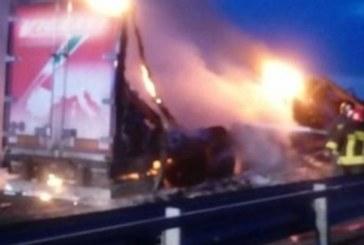 Ексклузивни кадри: Български шофьор с тежки изгаряния, тирът му изгоря в Италия (Снимки)