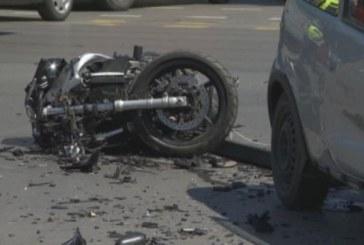 Моторист лежи в безпомощно състояние на жълтите павета