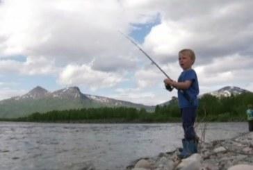 4-годишно момченце хвана риба, по-голяма от него