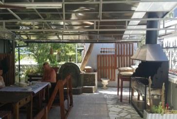 РОДНО ИЗОБРЕТЕНИЕ! Черги от благоевградски села пазят наши курортисти в Аспровалта от жаркото беломорско слънце