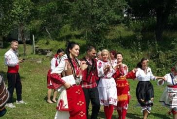 """Каракачанов ,,даде"""" дъщеря си в народна носия"""
