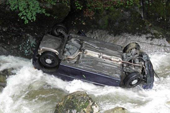 """ТЕЖЪК ИНЦИДЕНТ НА ПЪТЯ ЗА БОДРОСТ! """"Мерцедес"""" изхвърча от платното, прекърши дърво и падна от 7-метра по таван в река Бистрица"""