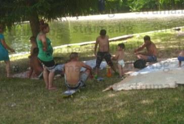 """Роми на тумби превзеха Бачиново, децата се гмуркат под табелите """"Плуването забранено"""", татковците пекат мръвки насред парка"""