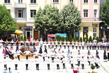 """25 групи от цялата страна танцуваха """"На армане с тъпане"""" в Разлог"""
