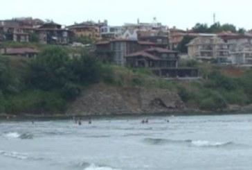 Мръсотии заливат плажуващи в Созопол, незаконна канализация преля