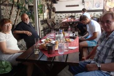 """Известният художник Огнян Механджиев цял ден черпи колеги и приятели за 62-ри рожден ден във """"Вароша"""""""