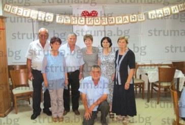 """50 колеги събра на прощален купон главната счетоводителка на ПК """"Струмешница"""" К. Андреева, изненадаха я с подарък куфар за предстоящите пътувания до дъщерите в Германия и САЩ"""