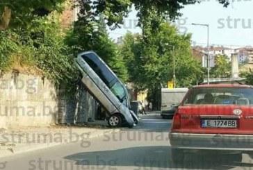 """ЗРЕЛИЩНА КАСКАДА В САНДАНСКИ! Търговец """"паркира"""" на преден капак ситроена си от 3 м"""