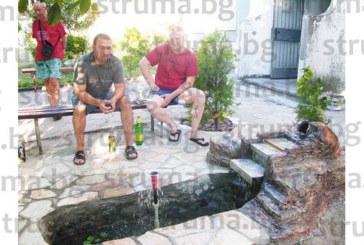 """Домоуправител сътвори уникален шадраван в """"Еленово"""", трябваха му само стара вана и пукната делва"""