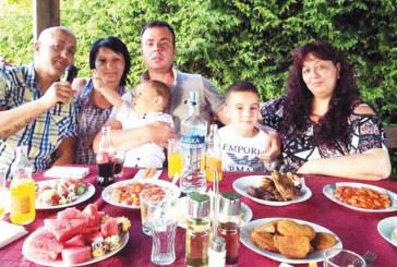 С парти на морския бряг благоевградското семейство Карамфилови празнува първи рожден ден на сина си Адриан
