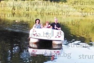 Известна дупнишка актриса разходи с водно колело в езерото  на парка внучето си от Италия