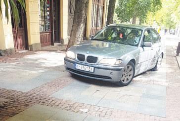 СБЛЪСЪК СЪС СНИМКИ-КОМПРОМАТ! Общинският съветник, БСП лидер, паркира БМВ-то си на тротоара пред ресторанта си