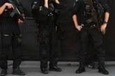 В Истанбул е страшно! Мъж стреля с пушка-помпа от покрив на сграда, линейки и полиция са на мястото