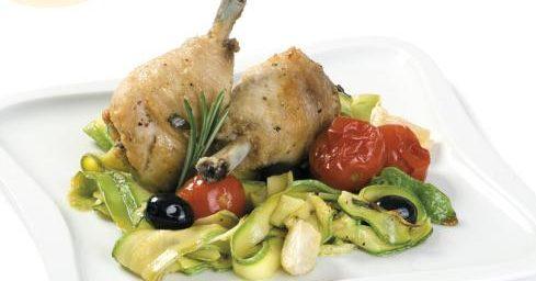 Пиле с маслини, тиквички и домати