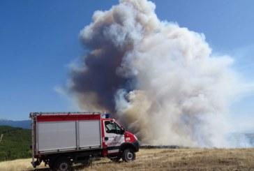 СТРАШНО Е! Пожарът се разпространява, поглъща всичко по пътя си, горят къщи, евакуират хора