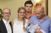 Бебето, родено в самолет, се прибра в България