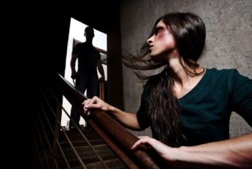 Потресаващи разкази за домашно насилие! Макет на гроб пред вратата на жертвата