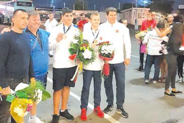Посрещнаха с хляб и сол дупничанина, световен шампион по таекуон-до, треньорът му се гмурка в Червено море