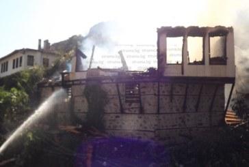 СТРАШНО Е! Огънят погълна къща в Мелник