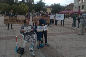 """50 дупничани окупираха кметството с викове """"Оставка!"""", М. Чимев се изправи очи в очи с протестиращите"""