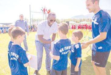 Световна футболна звезда дойде в Банско, награди деца, тропна български хора