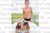 Многократният медалист по плуване М. Митов почерпи с торта съотборниците си за 12-и рожден ден
