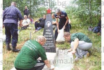Граничари възстановяват паметника на другар, загинал от мълния преди 30 г., в деня на последния си наряд