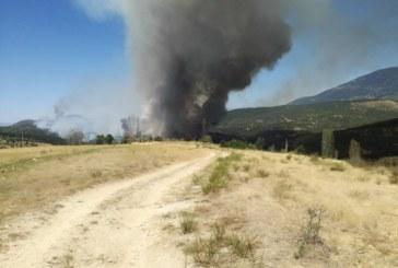 КРИТИЧНА ТОЧКА! Изведоха огнеборците от огнището на пожара, чакат хеликоптер, спряха тока в тунела