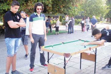 Тийнейджъри дават безплатни уроци по снукър в центъра на Кюстендил