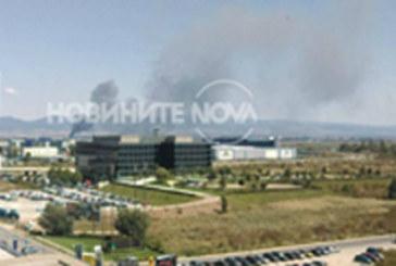 Спешните екипи на крак! Голям пожар лумна на летище София