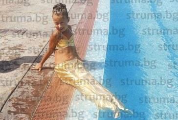 На тази малка красавица мама и татко нищо не могат да откажат! Треньори по плуване изненадаха дъщеричката си с плажно парти за рожденния й ден