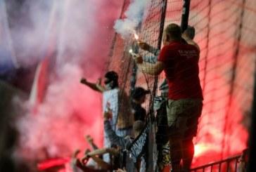 Истински екшън на мач от Шампионската лига! Бой, безредици и горящи факли на стадиона