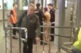 Пълен хаос в метрото! Гол мъж крещя на пътниците