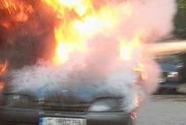 Кола лумна в пламъци, вътре паникьосан мъж