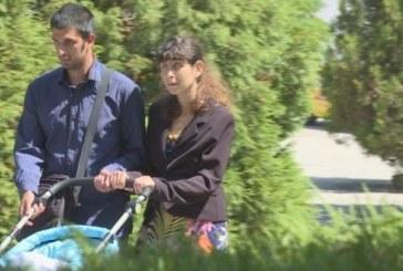 ЩАСТЛИВИ РОДИТЕЛИ! Незрящото семейство от Благоевград изведе бебето си на разходка