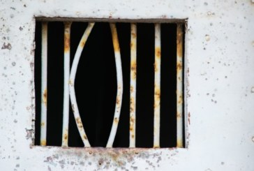 Затворник избяга като на кино – с чаршаф през прозореца