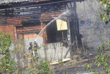 Пожарникари гасиха вилна зона край Благоевград