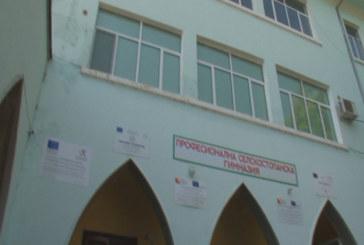 Ученици пребиха учител в гимназия в Садово, удряли го с дървен кол