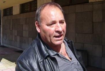 Екшън! Кандидат-кмет се нахвърли на полицаи, къса пагони и копчета на униформите им
