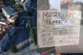 Странен надпис виси на търговски обект на пазара