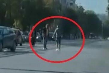 Пълна лудница в София! Побеснeли шофьори скочиха от колите и спретнаха зрелищен юмручен бой
