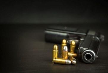 Полицаи останаха втрещени! Заспал мъж с пистолет на улицата ги стресна