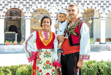 """Бившият хандбалист на """"Интер"""" А. Зинков и жена му се прибраха от Германия за кръщенето на сина си, облякоха народни носии за ритуала"""