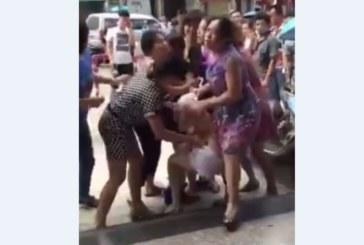 Женски бой шокира нета! Яростни съпруги окървавиха палава любовница