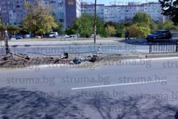 КАТАСТРОФА ПРИ ЗМК В БЛАГОЕВГРАД! Шофьор изкърти ограда, потроши колата /снимки/